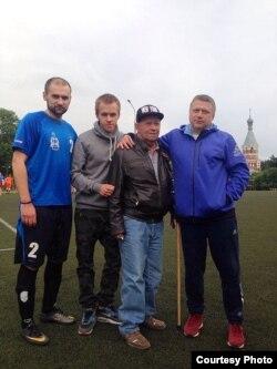 Валеры Ісаеў з футбалістамі розных пакаленьняў - бацькам і двума сынамі