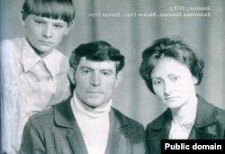 Родина Стусів: Валинтина Попелюк, Василь Стус, Дмитро Стус, 1978 рік