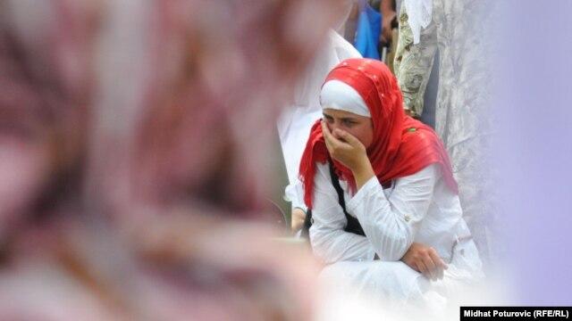 Porodice žrtava na obilježavanju godišnjice genocida u Srebrenicii, 11. jul 2011.