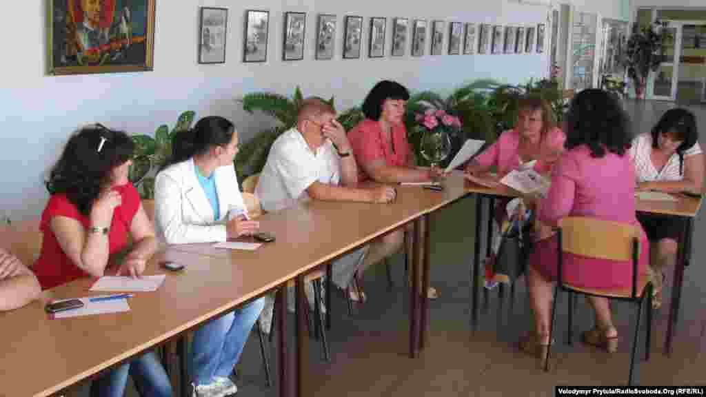 Заяви від батьків приймає спеціальна комісія, до якої входять представники адміністрації школи та громадськості