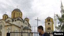 Kisha dhe xhamia në Ferizaj - foto nga arkivi.