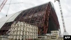 Строительство шатра над реактором в Чернобыле
