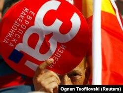 """Një person mban në duar një pankartë ku shkruan """"Po për Maqedoninë evropiane""""."""