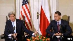 Архивска фотографија: Американскиот државен секретар Џон Кери и полскиот министер за надворешни работи Радослав Сикорски.