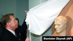 Президент Чехії Вацлав Гавел відкриває бюст Яна Палаха, 16 січня 1999 року