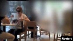 """Провалу российского агента Анны Чапман (на снимке ФБР - ее встреча в нью-йоркском кафе с неизвестным в июне 2010 года) посвящен целый стенд на выставке """"Тайный мир шпионажа"""" в Нью-Йорке."""