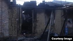 Спалений будинок родичів імовірного бойовика у чеченському селі Янді, грудень 2014 року