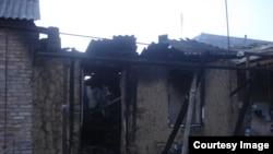Разрушенный и сожженный дом родственников боевика в чеченском селе Янди