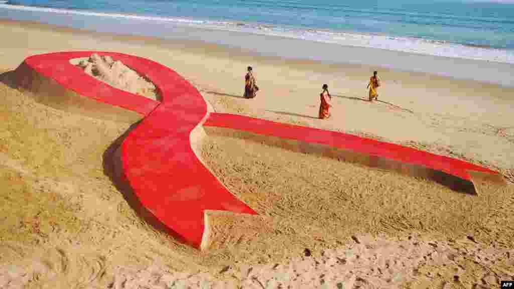 Plazh në Indi. Në shumë vende në mbarë botën u shënua Dita Ndërkombëtare kundër AIDS-it.