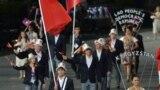 Олимпийская сборная Кыргызстана. Государственный флаг страны несет борец Чингиз Мамедов.