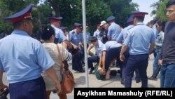 Полицияның азаматтарды ұстап жатқан сәті. Алматы, 9 маусым 2019.
