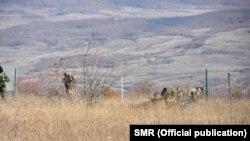 Несколько российских военных с утра приступили к монтажу новых ограждений