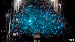 A kormányt meghátrálásra kényszerítő ritka tüntetések egyike: 2014. október 28-án az internetes adatforgalom megadóztatása ellen tiltakoztak több ezren Budapesten.