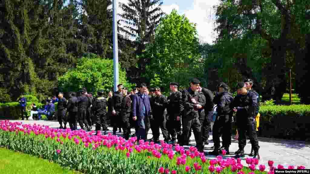 Наразылық шарасын бақылап тұрған арнайы жасақ сарбаздары. Алматы, 1 мамыр 2019 жыл.