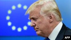 Президент США Дональд Трамп на фоне флага Евросоюза, Брюссель, май 2017 года.