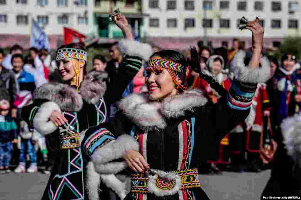 Одна из этих групп – долганы, коренное население Таймыра. По языку они относятся к тюркским народам. На фото – женщины в традиционных долганских нарядах танцуют народный танец