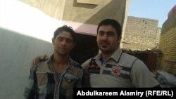 علي رزاق طاهر - الى اليسار - مع صديقه نذير من الكوت خلال وجودهما في تكريت
