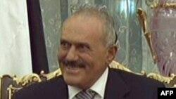 Йемен президенті Әли Абдулла Салех Эр-Риядта билікті өткізіп беру жайлы келіссөздер жүргізді. Сауд Арабиясы, 23 қараша, 2011 жыл.