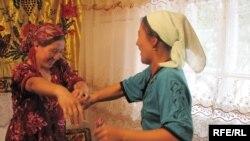 """""""Азаттык"""" үналгысынын кыз ала качууга арналган видео тасмасынан сүрөт, 2010-жылдын май айы"""