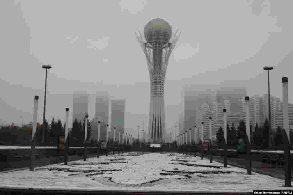Вместе со снегом на город опустился туман.