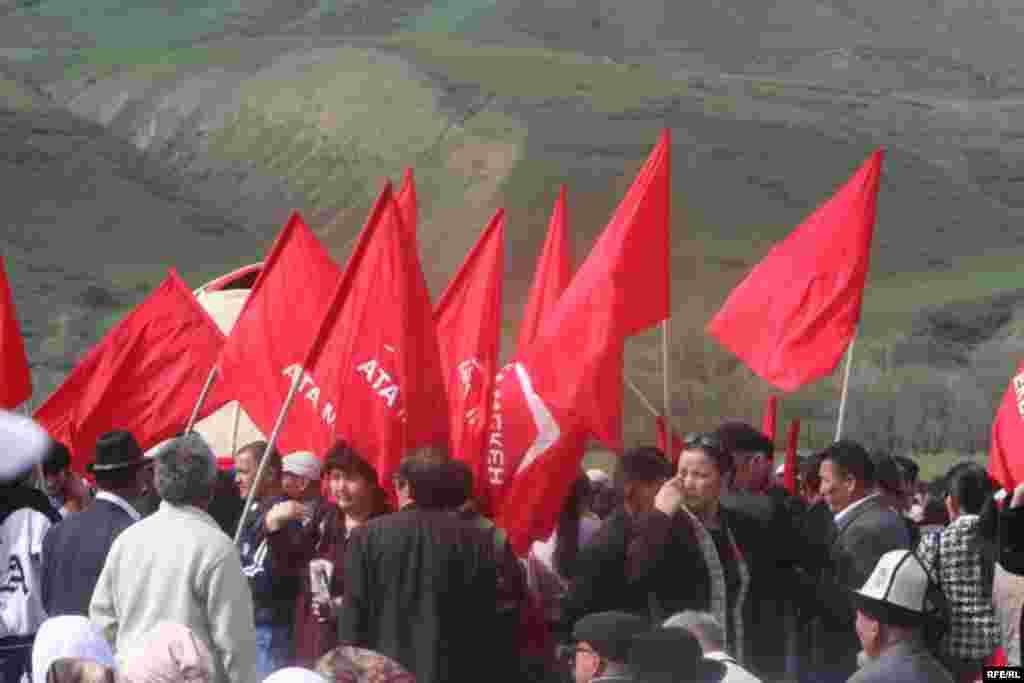 Уюштуруучулар бул жыйынга 10 миңдей, айрым байкоочулар 6-7 миңдей эл катышканын айтышууда - Kyrgyzstan -- Grand Congress (Eldik Kurultay) of United Popular Movement In the Village of Arashan Near Bishkek,25april2009