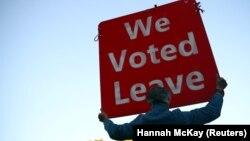 """Një mbështetës i largimit të Britanisë nga BE-ja mban në duar një pankartë ku shkruan: """"Ne kemi votuar që të largohemi""""."""