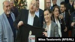 Marko Somobrac poklanja majicu Ani Brnabić sa likom srpskog predsednika