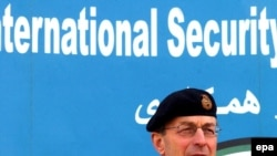 ژنرال دیوید ریچاردز، فرمانده نیروهای بین المللی در افغانستان که دانیل جیمز مترجم وی بود.(عکس: EPA)