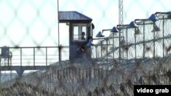 Сторожевая вышка и металлическое ограждение по периметру тюрьмы в Актобе. 9 ноября 2014 года.