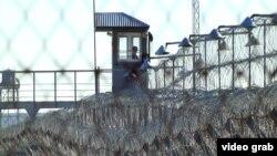 Сторожевая вышка и ограждение из колючей проволоки по периметру тюрьмы. Иллюстративное фото.