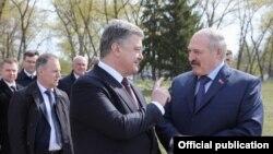 Пятро Парашэнка (у цэнтры) і Аляксандар Лукашэнка (справа), архіўнае фота