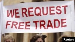 """Собравшиеся перед парламентом несколько десятков человек, в основном среднего и преклонного возраста, стояли с транспарантами с надписью на двух языках. На английском и грузинском было написано: """"Требуем свободной торговли!"""""""
