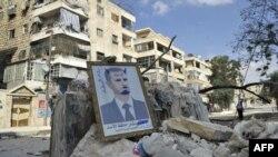 В Алеппо, де живе найбільша в Сирії вірменська громада, точаться бої з урядовими військами опозиції проти президента Башара аль-Асада (на портреті), фото 9 жовтня 2012 року