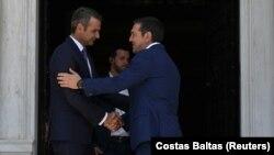 Novi premijer Grčke Kyriakos Mitsotakis rukuje se sa prethodnikom Alexisom Tsiprasom