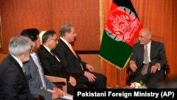رئیس جمهور غنی حین دیدار با شاه محمود قریشی وزیر خارجه و دیگر مقامات پاکستانی در اسلامآباد