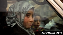 Banorët duke u larguar nga Idlibi