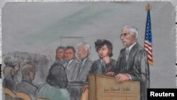 Айыпталушы Джохар Царнаевтың (оң жақтан екінші) соттағы кескіні.