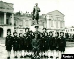 پیونگیانگ ۱۹۸۱: مونیک ماسیاس، دختری اهل گینه استوایی ۱۵ سال در کره شمالی زندگی کرد و این یکی از عکسهای او است.