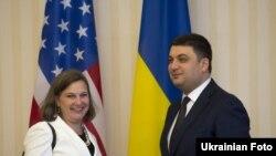 Виктория Нуланд и Владимир Гройсман во время встречи в апреле