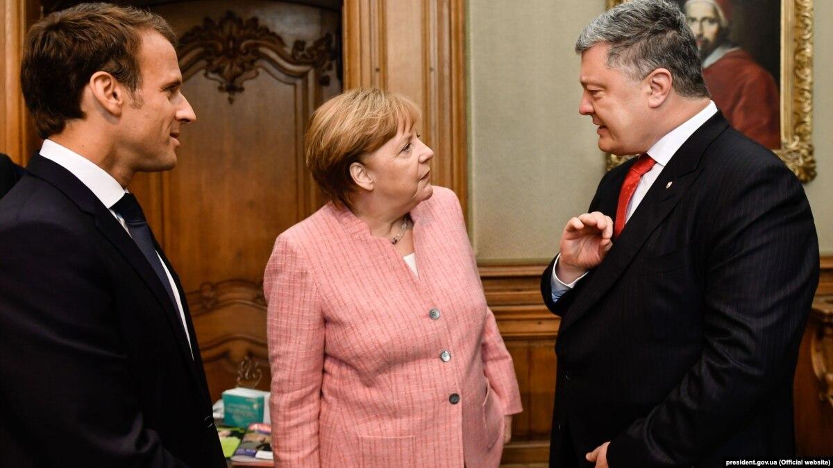 Порошенко розповів, про що говорив із Макроном і Меркель
