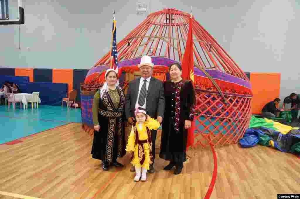 Чикагодогу (АКШ) кыргыздар боз үйдү Ноорузда тигишти.