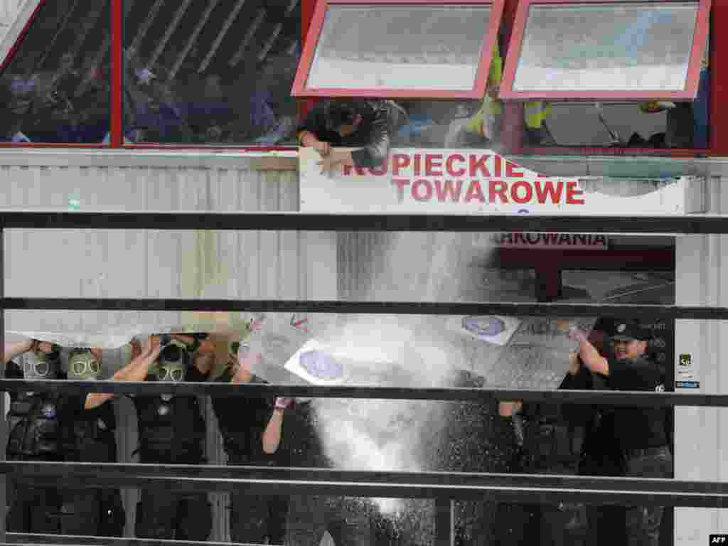 Польская полиция с помощью водяных пушек и слезоточивого газа выгнала торговцев, не желавших покидать предназначенный на слом рынок в центре Варшавы