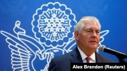 Госсекретарь США Рекс Тиллерсон выступает в посольстве США в Саудовской Аравии