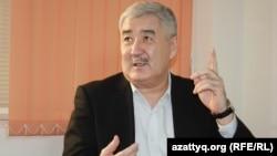 Политик Амиржан Косанов на онлайн-конференции в Алматинском бюро Азаттыка, 10 декабря 2013 года.