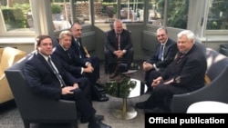 Главы МИД Армении и Азербайджана и посредники во время встречи в Брюсселе, 11 июля 2018 г.