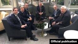 Զոհրաբ Մնացականյանը, Էլմար Մամադյարովը ԵԱՀԿ Մինսկի խմբի համանախագահներ Իգոր Պոպովը, Ստեֆան Վիսկոնտին, Էնդրյու Շոֆերը և ԵԱՀԿ գործող նախագահի անձնական ներկայացուցիչ Անջեյ Կասպշիկը Բրյուսելում, 12-ը հուլիսի, 2018թ.