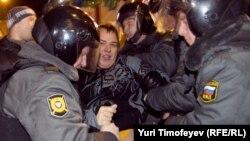 Полицијата ги апси оние што протестираат против, како што велат, изборната измама.