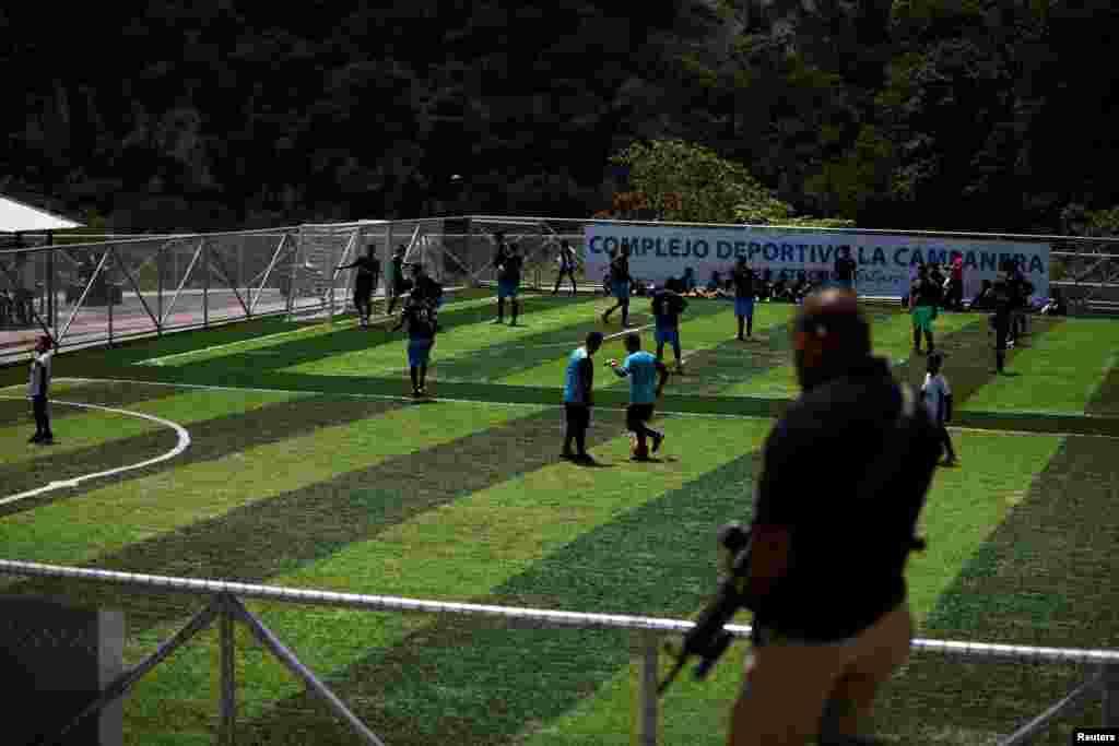 Студенты нашли подходящую площадку для игры в футбол. Сальвадор, 22 мая 2018 года.
