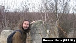 Emil Galaicu-Păun printre vechile pietre tombale