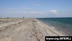 Кримський пляж між Саками і Євпаторією, липень 2015 року